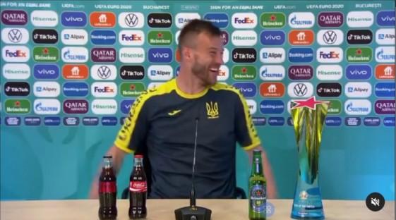 Star Radio - Andriy Yarmolenko 'Dekatkan' Botol Coca Cola dan Heineken